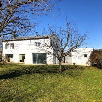 Moderna villa indipendente con ampio giardino
